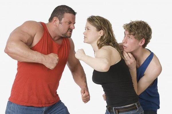Мужчина дерётся с мужчиной или женщиной 4.