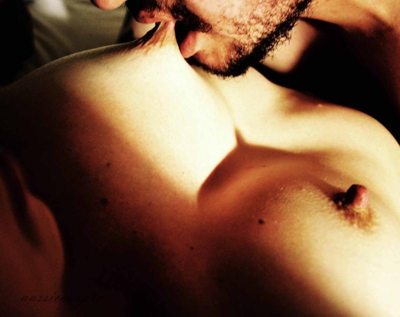 мужчина целует женщину в грудь видео - 7
