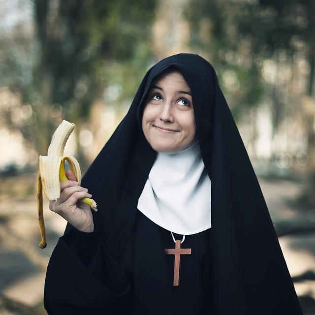 монашка и огурец фото