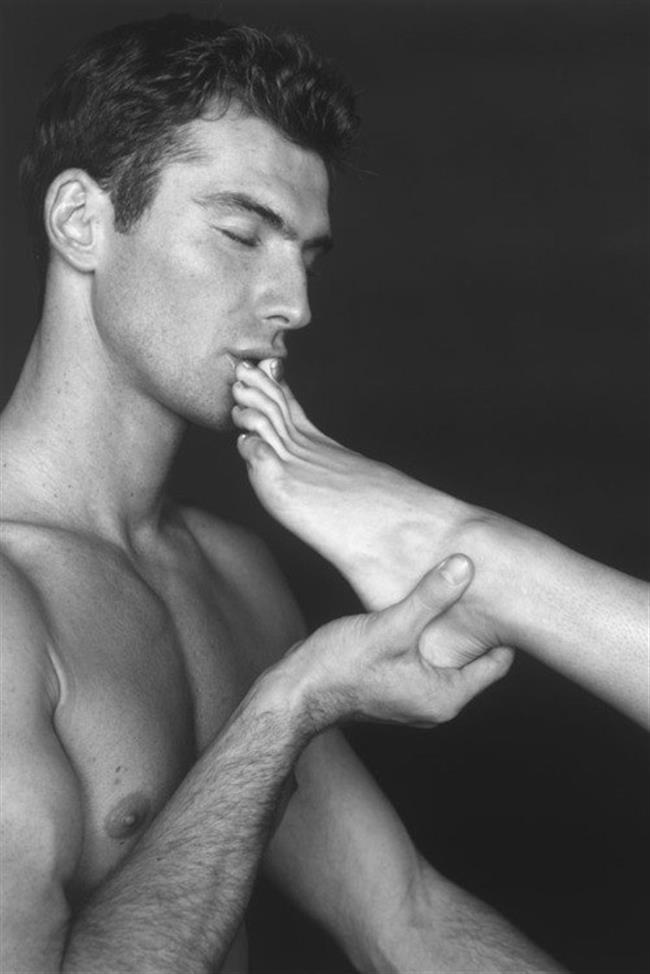 мужчина целует женскую ногу картинка