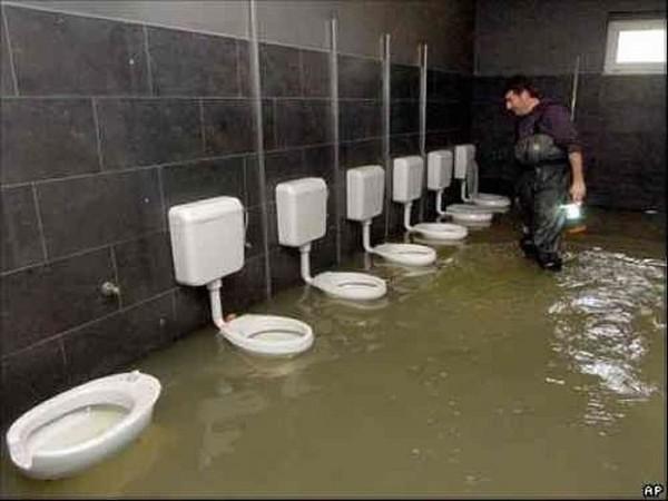 Как девушки писают в мужских туалетах
