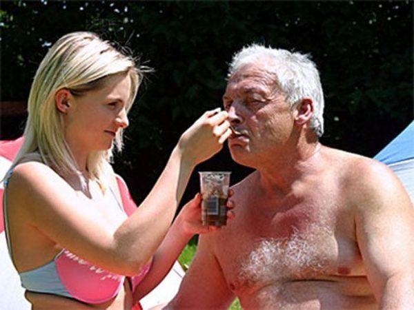 stariy-muzhchina-s-molodoy-video-simpatichnaya-mamochka