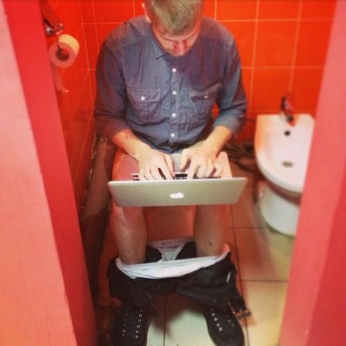 будут мужчина смотрит как женщина писает в туалет вначале эти