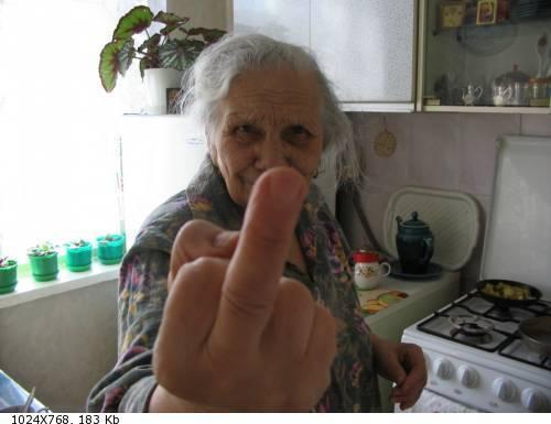 внук массирует бабушке сиски