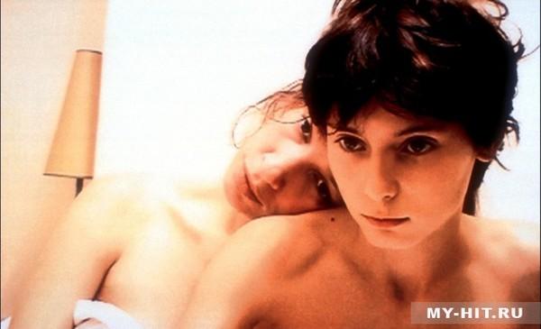 женщина дала потрогать грудь мальчику