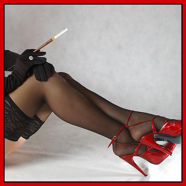 в в ножки сігаретой женщини колготах рота с