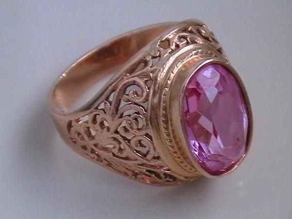 Драгоценный камень розового цвета