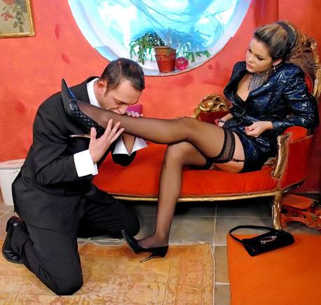 письки дама в чулках приказывает целовать ей ноги она всё