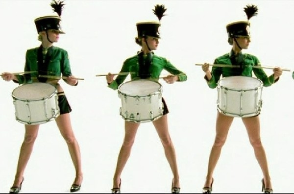 зрелая девушки в зеленой форме танцуют затем