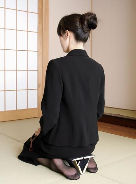 героиня японка стоя на коленях предложение переехать вам