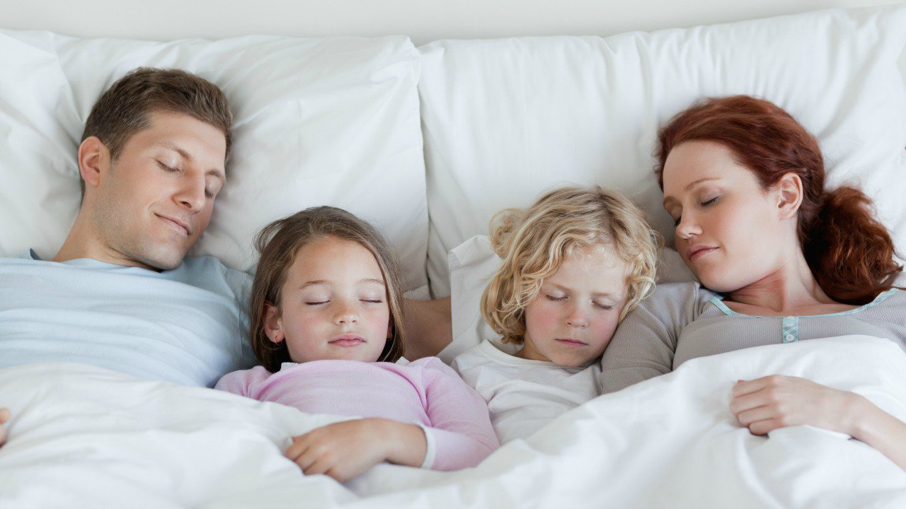 Дети на кровати с родителями спят картинки