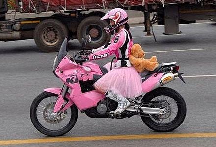 Юбка задралась на мотоцикле