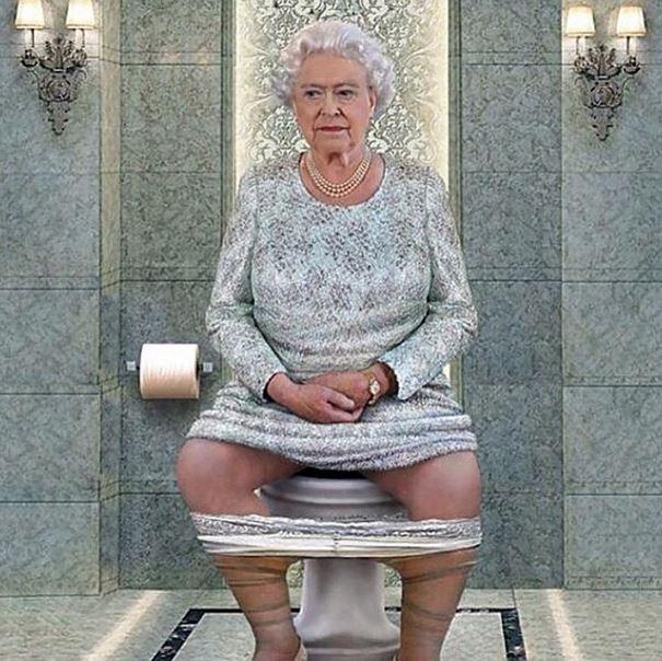 старые бабы ссут в туалете