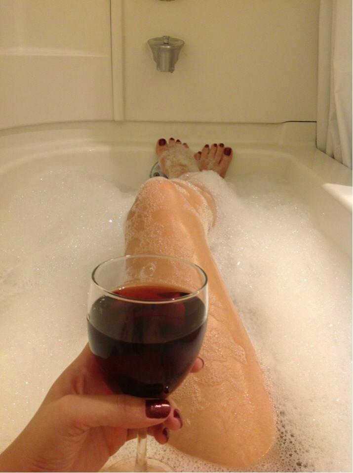 Картинки девушка с бокалом вина в ванной, для виталины днем
