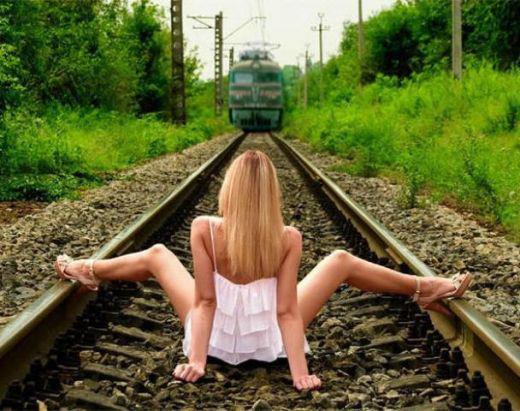 onlayn-devushka-razdvinuv-nogi-sidit-na-zheleznodorozhnih-putyah-podezda-porno-video