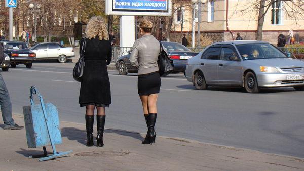 По чему девушки стоят на кленях