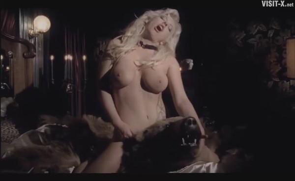 Музыкальный порноклип без цензуры, девушки стирают свои трусики фото