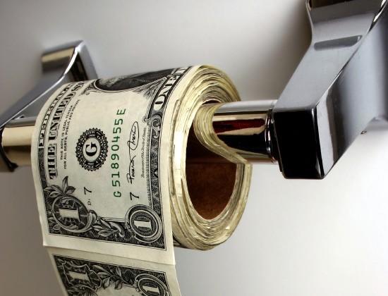 Берет деньги в долг