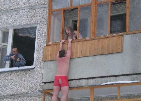 Голый муж на балконе такой