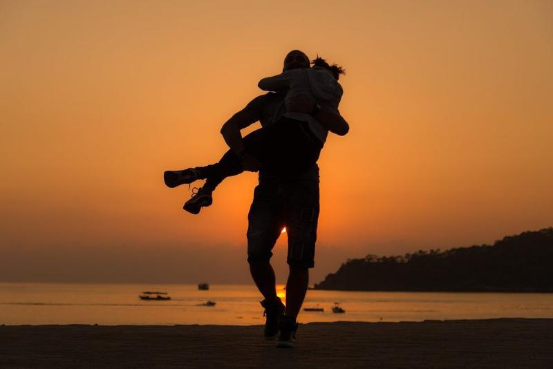 Картинки муж носит жену на руках