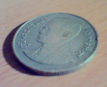 Человек в очках на монете задача про фальшивые монеты и весы