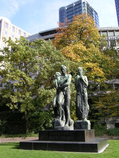 Ответы@Mail.Ru: Кому посвящен и где находится памятник?