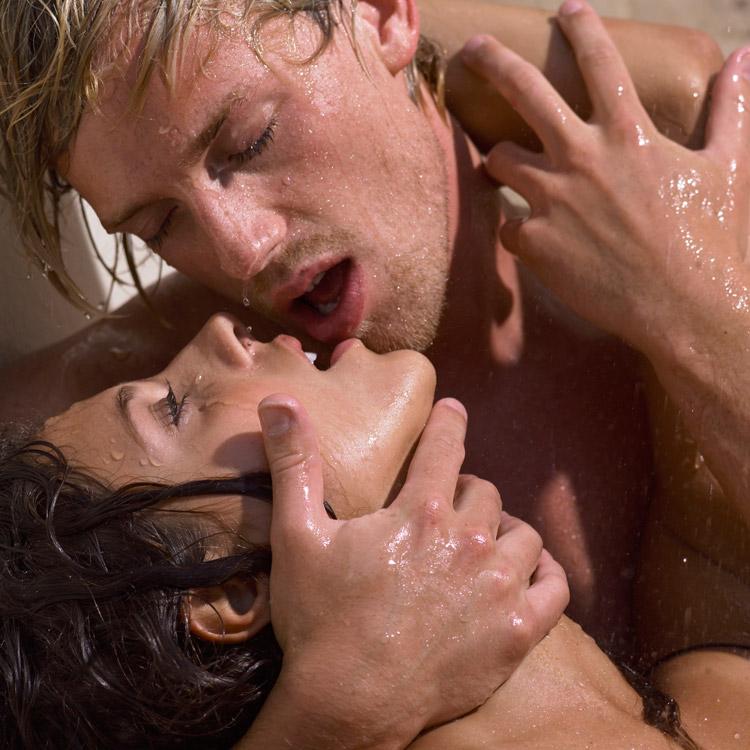 Парень целуется с блядью шлюха