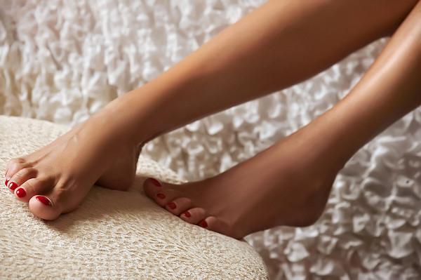 Каким цветом красить ногти на ногах? Как выбрать лак?