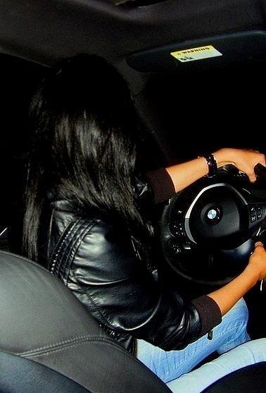 фото брюнетки за рулём