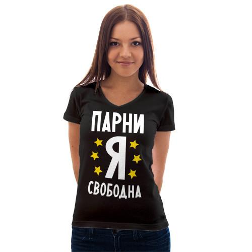 Девушка в футболке с надписью по жизни королева