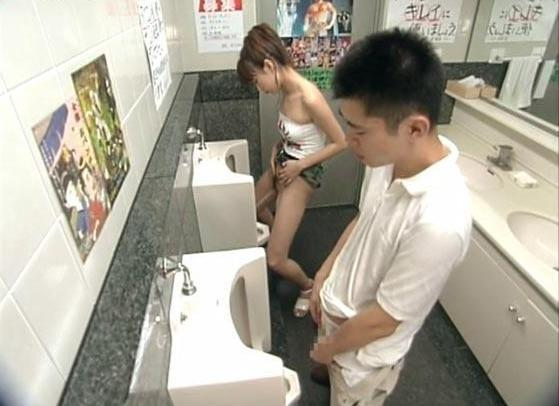 Японские женские туалеты, видео без прелюдии со зрелой