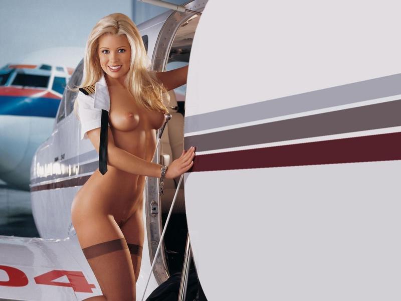 Грудастая девушка около самолета делает себе хорошо, писают раком крупно видео