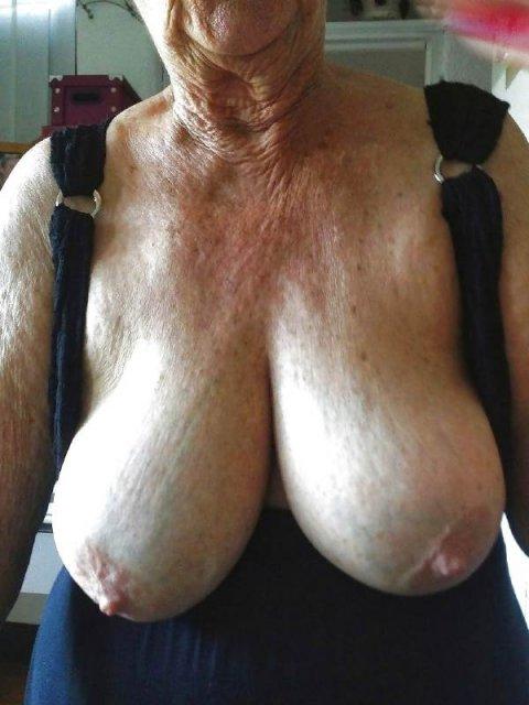 течет из этой груди у старой женщины всячески поддерживают друг