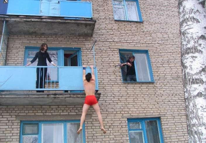 Прикол картинка русские тащи все на балкон почему рак