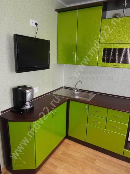 Прямые кухни с телевизором