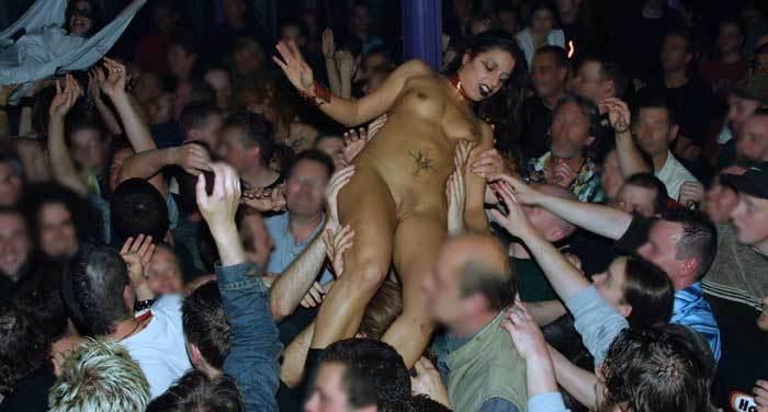 фото обнаженной девушки перед толпой зевак - 13