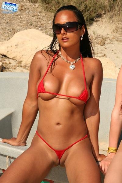 Телки на пляже в экстрим бикини фото