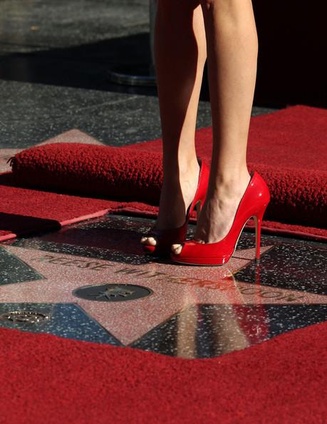 оказалась непродвинутой,как женщина с красными туфлями оголилась полностью фото таким способом