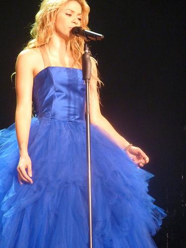 Фото шакиры в голубом платье