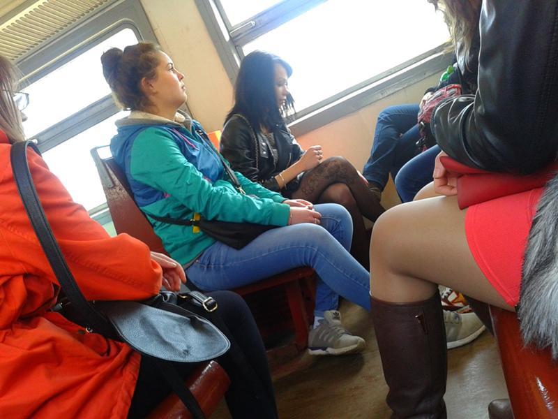 video-paren-tseluetsya-s-studentkoy-v-avtobuse-obnimayas-ero-massazh-lesbiyanok