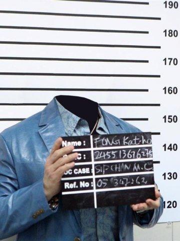 фото с табличкой преступников