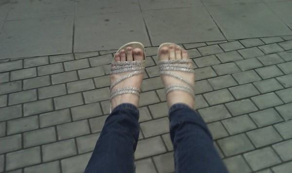 Девушка фоткает свои ножки 14
