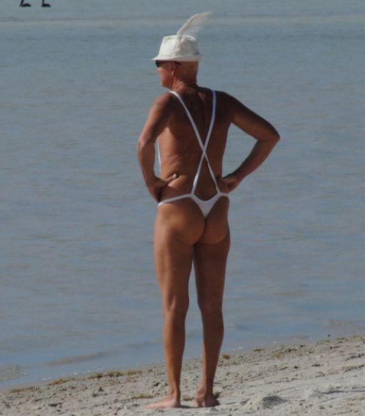 мужчина в стрингах на пляже пригласили секс
