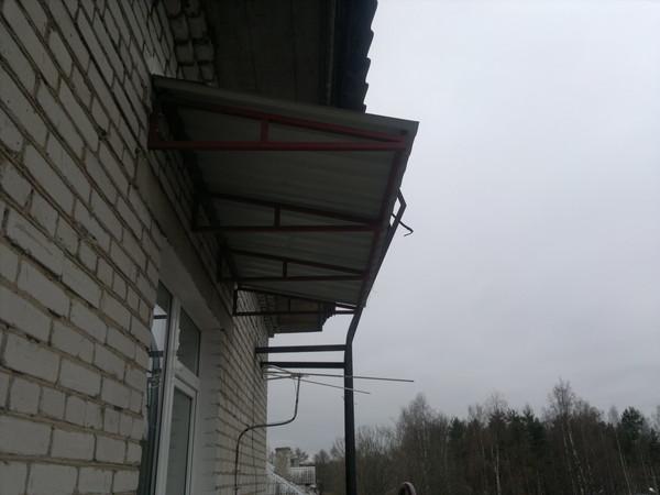 Ответы@mail.ru: мастера, спасайте. есть козырек на балконе, .