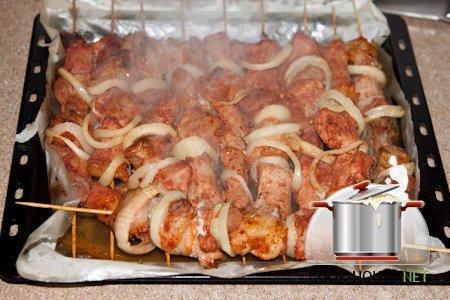 шашлык в духовке из свинины на шампурах
