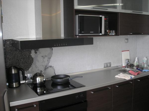 Столешница мозаика, а фартук свес кухонная столешница