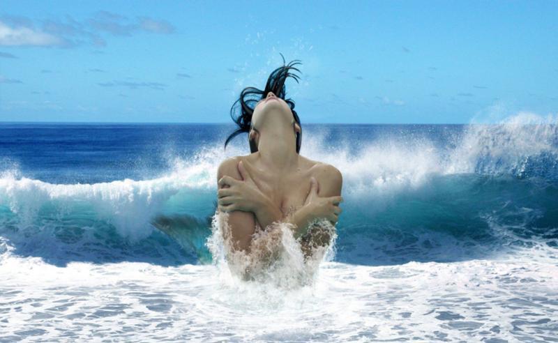 Голые на морских волнах разделяю