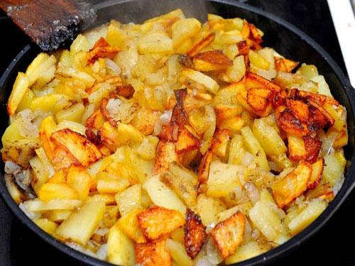 Жареная картошка с луком рецепт с фото