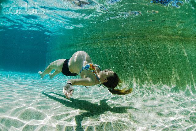 К чему снится женщине бассейн, о чем этот сон?
