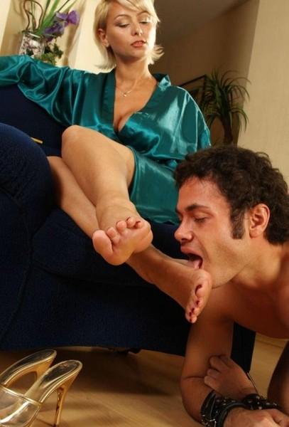 Свои ножки леди разрешить вылизывать очаровательная